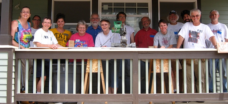 A recent group of Tres Iglesias volunteers work on a home together.