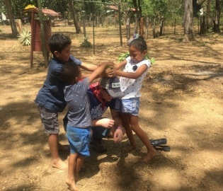 Costa_Rican_children_playing_with_volunteer