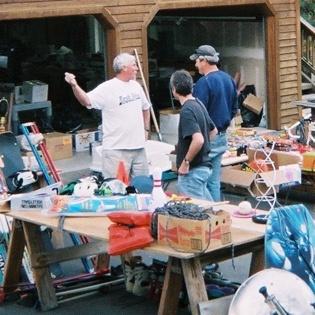 Garage_sale_wiki_commons_sm_sq